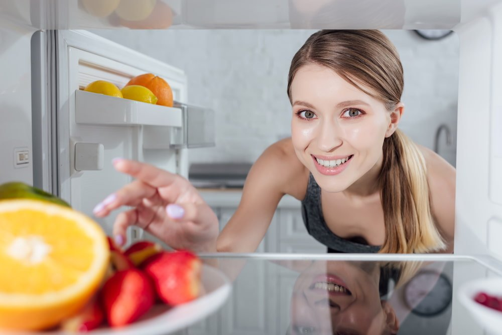 What are the steps to clean a fridge
